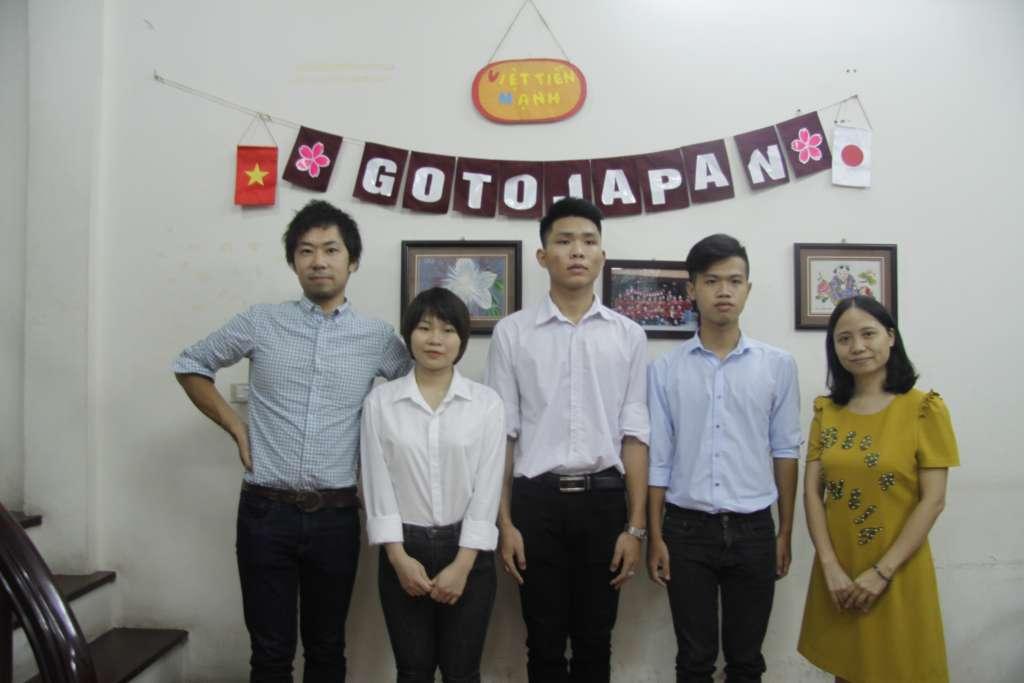 Đại diện trường Nhật ngữ quốc tế Hotsuma và trung tâm GoToJapan cùng các học sinh