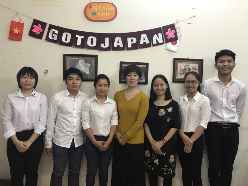 Ảnh: Đại diện trường Nhật ngữ YMCA Osaka và chị Hải, giám đốc trung tâm GotoJapan, cùng các học sinh