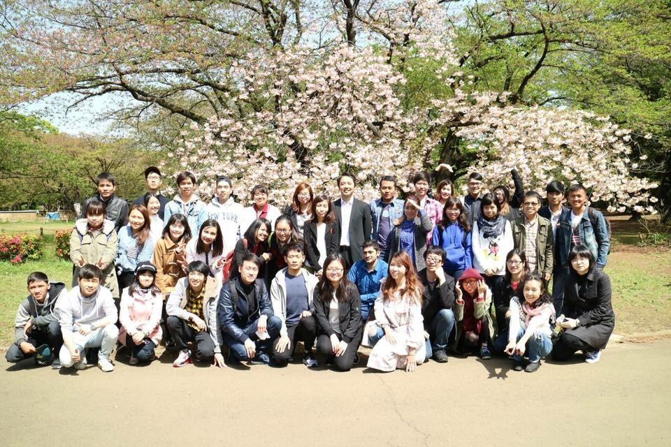 Hoàng Huyen cùng các bạn du học sinh khác