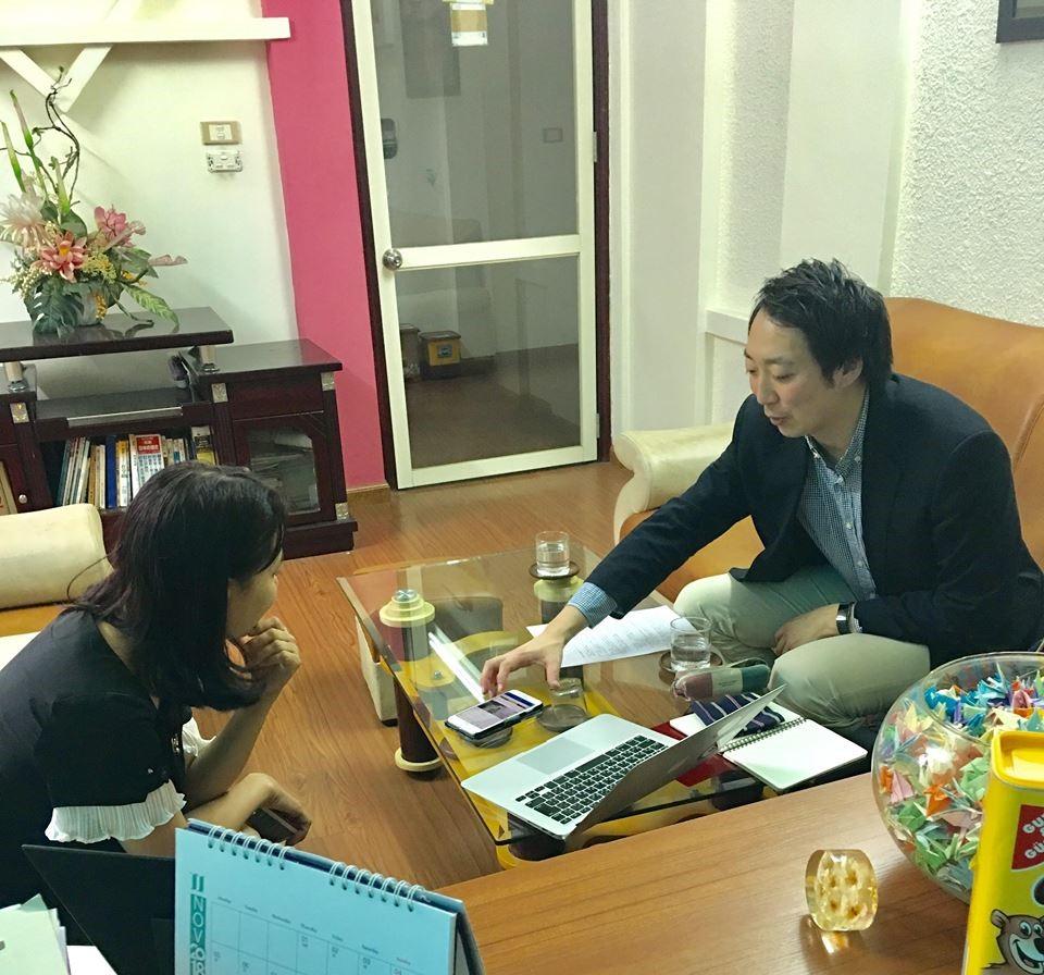 Anh Karakura và giám đốc trung tâm GoToJapan